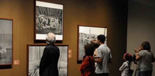 """25.abr.2013 - Abertura da exposição """"Construção de um Olhar"""", no Centro Léon, em Santiago (República Dominicana), que reúne obras de fotógrafos brasileiros - Reprodução/Centro Leon"""