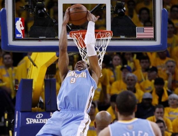 26.abr.2013 - Andre Iguodala dá linda cravada de costas na derrota de seu Denver Nuggets para o Golden State Warriors