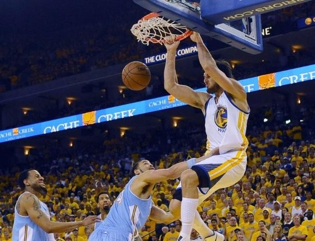 26.abr.2013 - Andrew Bogut enterra a bola para os Warriors na vitória sobre os Nuggets