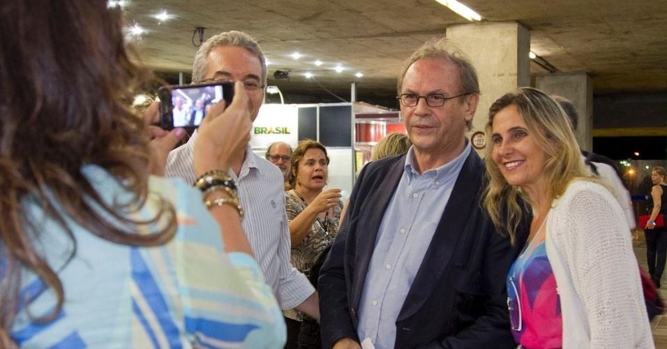 26.abr.2013 - Fã tira foto com o ator José Wilker na abertura do festival Cine PE, em Olinda, Pernambuco