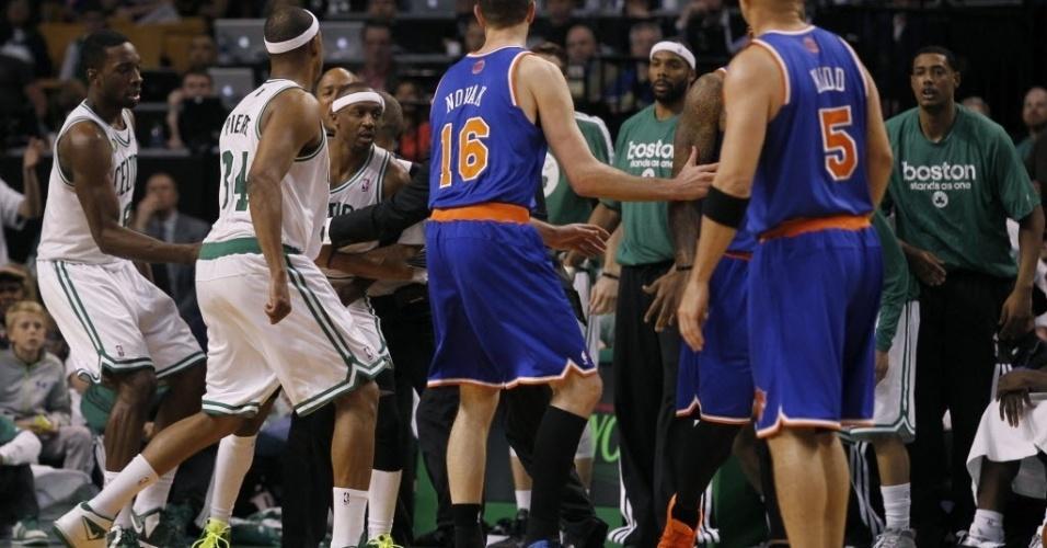 26.abr.2013 - Jason Terry é contido por companheiros ao querer partir para briga com JR Smith, dos Knicks, após levar cotovelada no rosto