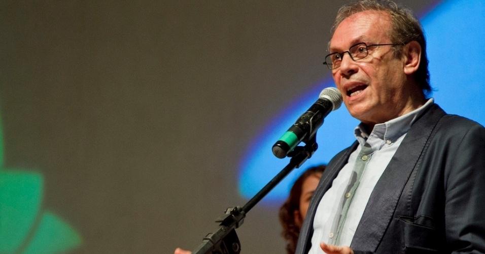 26.abr.2013 - O ator e diretor José Wilker discursa na abertura do Festival Cine PE, em Olinda, Pernambuco