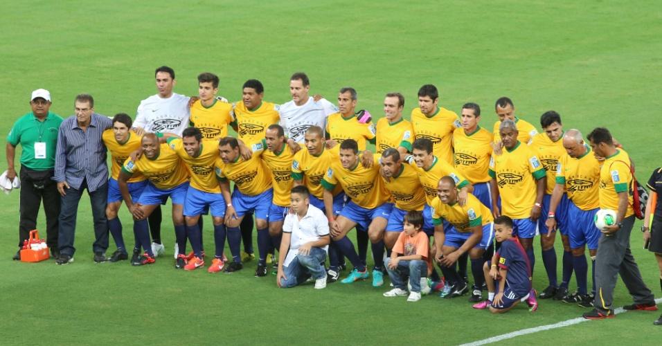 27.abr.2013 - Amigos de Bebeto posam para foto antes do início do jogo que serve como evento teste para a reabertura do Maracanã