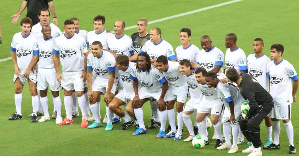 27.abr.2013 - Amigos de Ronaldo posam para foto antes do início do jogo que serve como evento teste para a reabertura do Maracanã