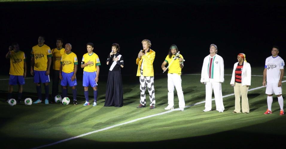 27.abr.2013 - Antes do jogo, cantores se apresentaram usando camisas de Flamengo, Vasco, Fluminense e Botafogo no Maracanã