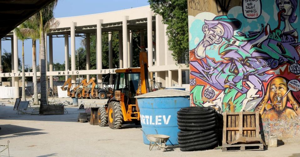 27.abr.2013 - Apesar do Maracanã estar sendo reaberto neste sábado, operários seguem trabalhando em obras no entorno do estádio