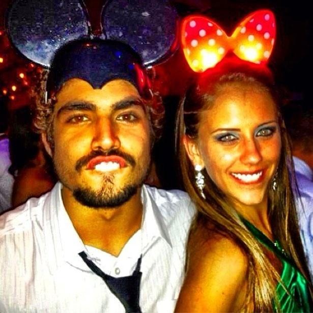 """27.abr.2013 - Caio Castro posta foto com loira, vestidos de Mickey e Minnie. """"Porque todo Mickey tem uma Minnie"""", escreveu o ator"""