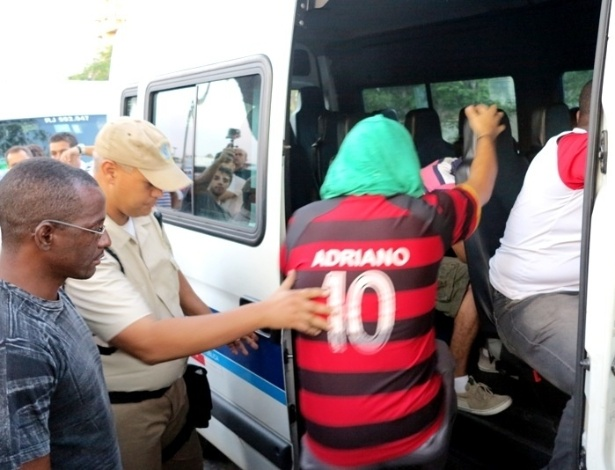 27.abr.2013 - Cambistas são presos no Maracanã após comprarem ingressos de operários por R$ 40 e tentarem revender por R$ 100