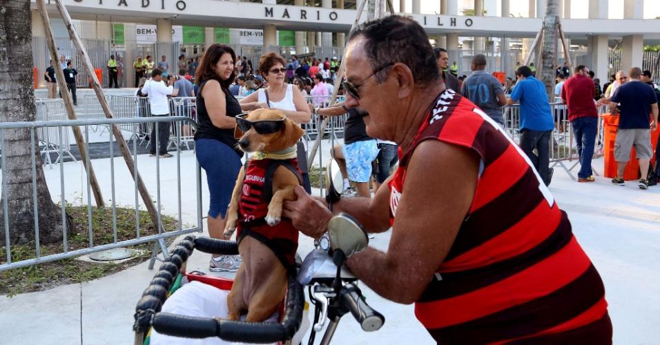 27.abr.2013 - Com direito a cachorrinho, torcedores começam a chegar ao Maracanã para acompanhar o amistoso entre amigos de Bebeto e amigos de Ronaldo