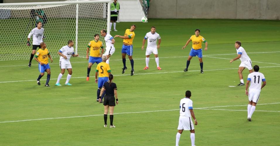 27.abr.2013 - Lance do jogo entre amigos de Ronaldo e amigos de Bebeto, que serviu serve como evento teste para a reabertura do Maracanã