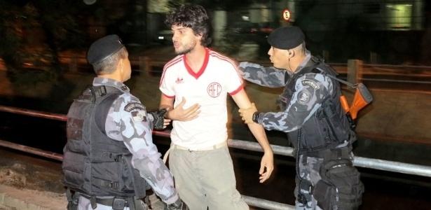Manifestante é preso após desacatar policiais durante protesto nos arredores do Maracanã