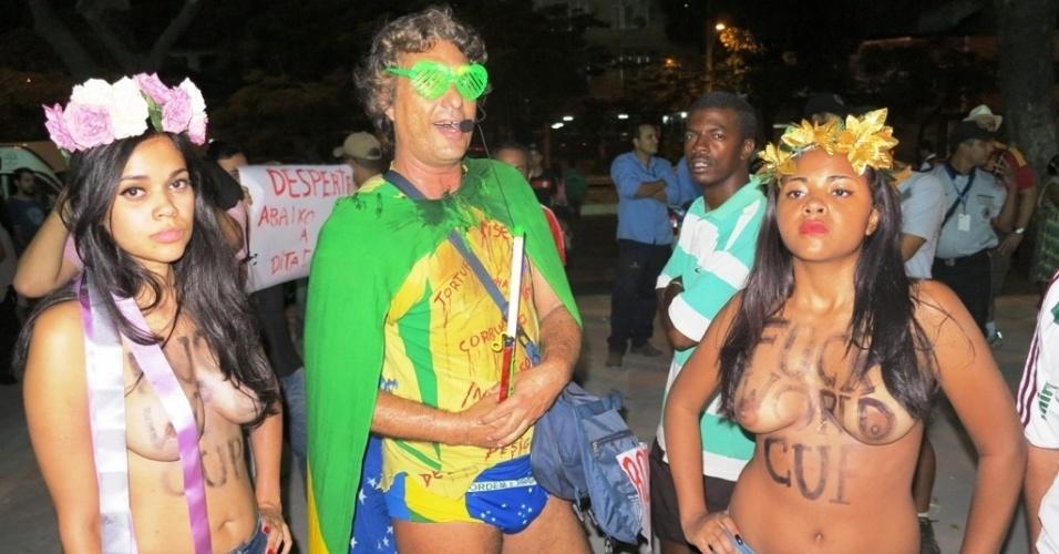 27.abr.2013 - Manifestantes fazem topless em protesto contra a realização da Copa do Mundo no Brasil; mulheres foram detidas por atentado ao pudor