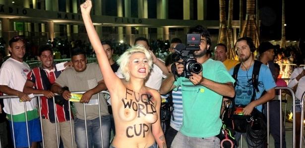 Manifestantes fazem topless em protesto contra a Copa; mulheres foram detidas por atentado ao pudor