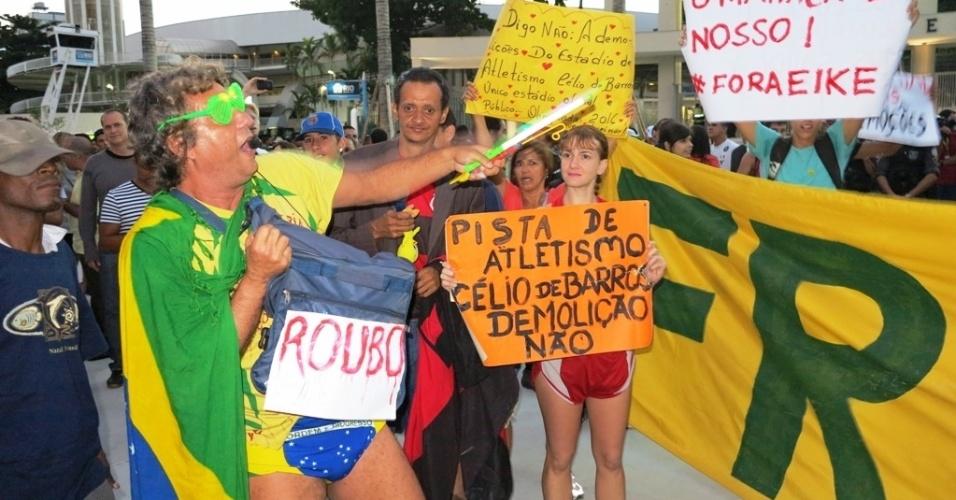 27.abr.2013 - Manifestantes protestam contra o governador Sérgio Cabral e contra o empresário Eike Batista antes da reabertura do Maracanã