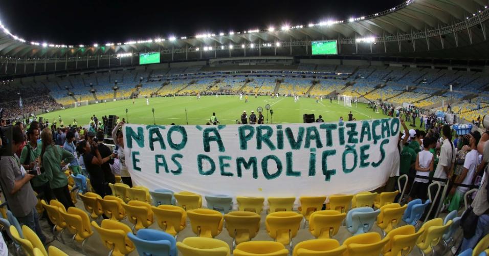 27.abr.2013 - Manifestantes protestam no interior do Maracanã durante o jogo entre amigos de Ronaldo e amigos de Bebeto