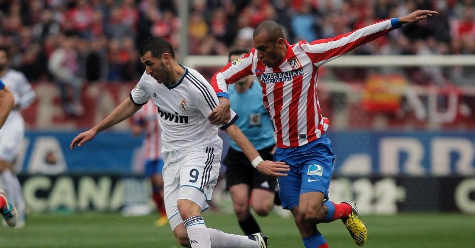 27.abr.2013 - O atacante francês Benzema, do Real Madrid, disputa jogada com o zagueiro brasileiro Miranda, do Atlético de Madri, no clássico deste sábado