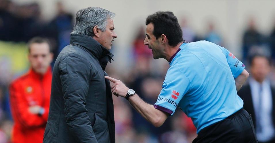 27.abr.2013 - O técnico do Real Madrid, José Mourinho, é advertido pelo árbitro durante o clássico com o Atlético de Madri