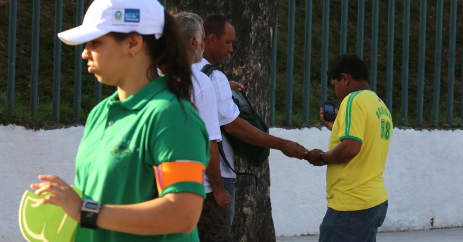 27.abr.2013 - Operários agem como cambistas e cobram até R$ 100 por ingresso para a reabertura do Maracanã