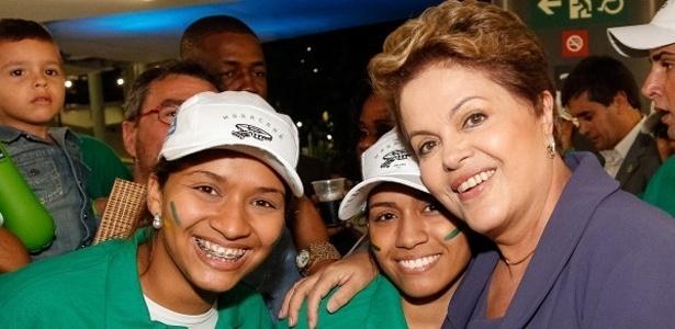 27.abr.2013 - Presidente Dilma Rousseff posa para fotos com operários durante a reabertura do Maracanã