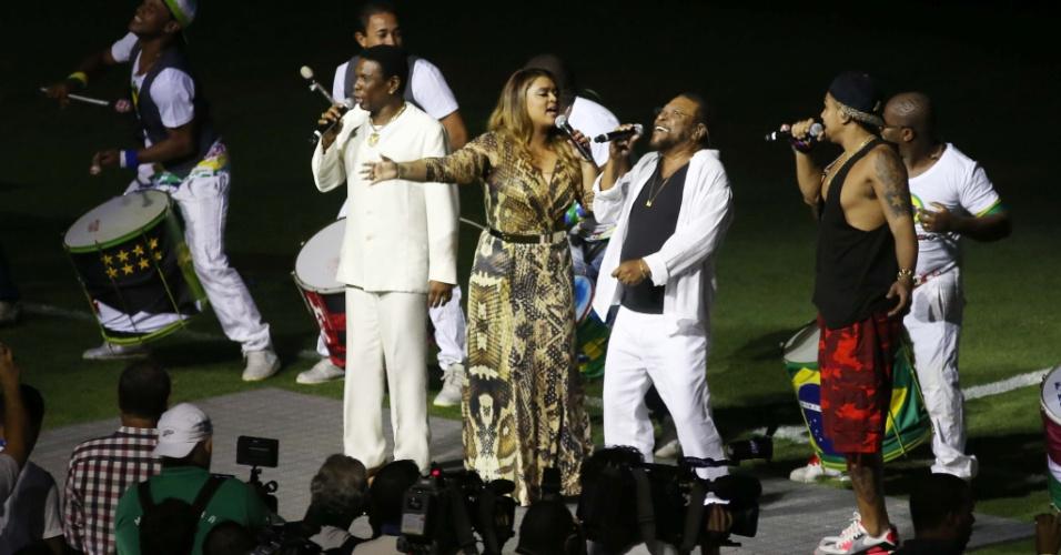 27.abr.2013 - Preta Gil, Martinho da Vila, Naldo e Neguinho da Beija-Flor cantam durante a festa de reabertura do Maracanã