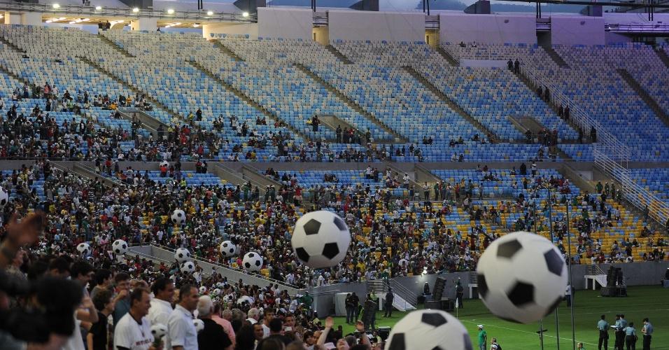 27.abr.2013 - Público ocupa parte das arquibancadas do Maracanã durante evento que marca a reabertura do estádio carioca