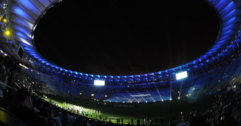 27.abr.2013 - Reabertura do Maracanã teve lindo show de luzes antes do jogo entre amigos de Bebeto e amigos de Ronald