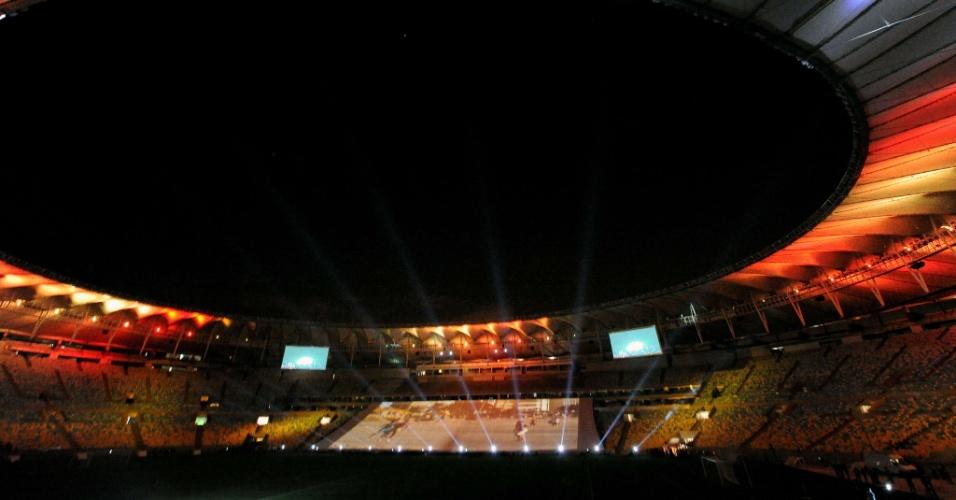 27.abr.2013 - Reabertura do Maracanã teve lindo show de luzes antes do jogo entre amigos de Bebeto e amigos de Ronaldo