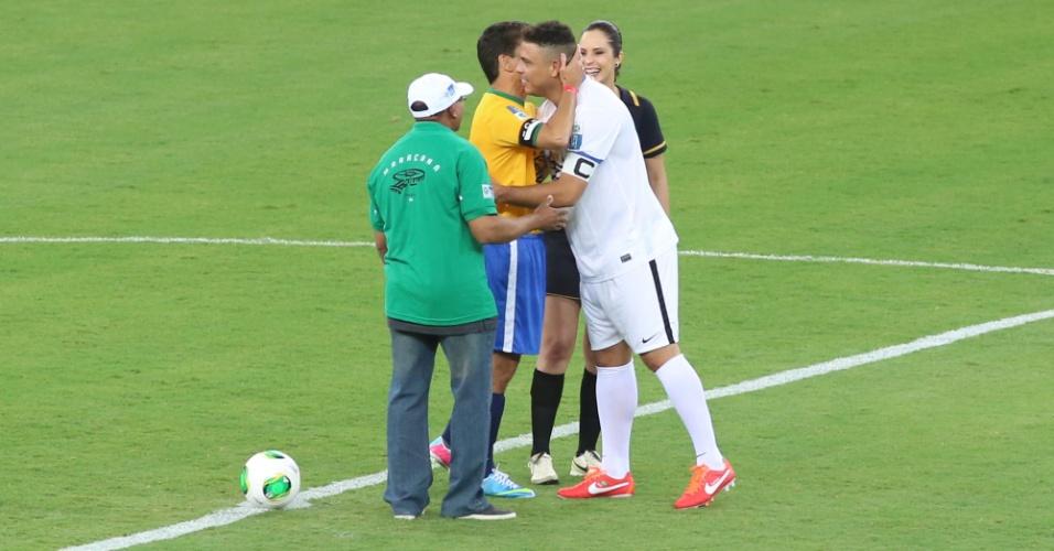 27.abr.2013 - Ronaldo e Bebeto se abraçam antes do início do jogo que serve como evento teste para a reabertura do Maracanã