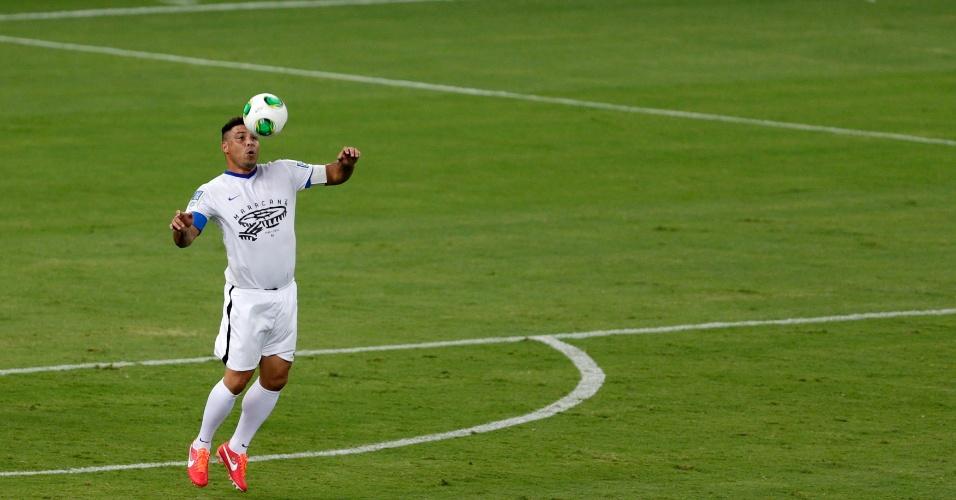 27.abr.2013 - Ronaldo mata a bola no peito durante o jogo contra os amigos de Bebeto, que serviu como evento teste na reabertura do Maracanã