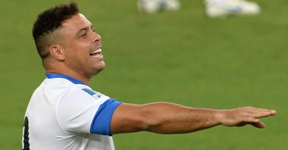 27.abr.2013 - Ronaldo sorri durante o jogo contra os amigos de Bebeto, que serviu como evento teste na reabertura do Maracanã