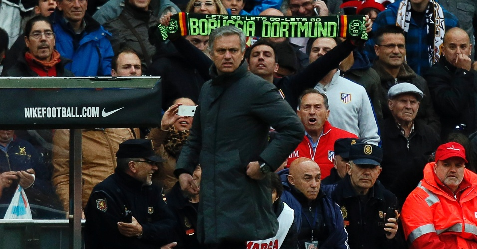 27.abr.2013 - Torcedor do Atlético de Madri provoca o técnico do Real Madrid, José Mourinho, com cachecol do Borussia Dortmund, rival do Real nas semifinais da Champions League