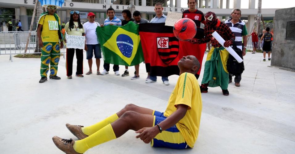 27.abr.2013 - Torcedores começam a chegar ao Maracanã para acompanhar o amistoso entre amigos de Bebeto e amigos de Ronaldo