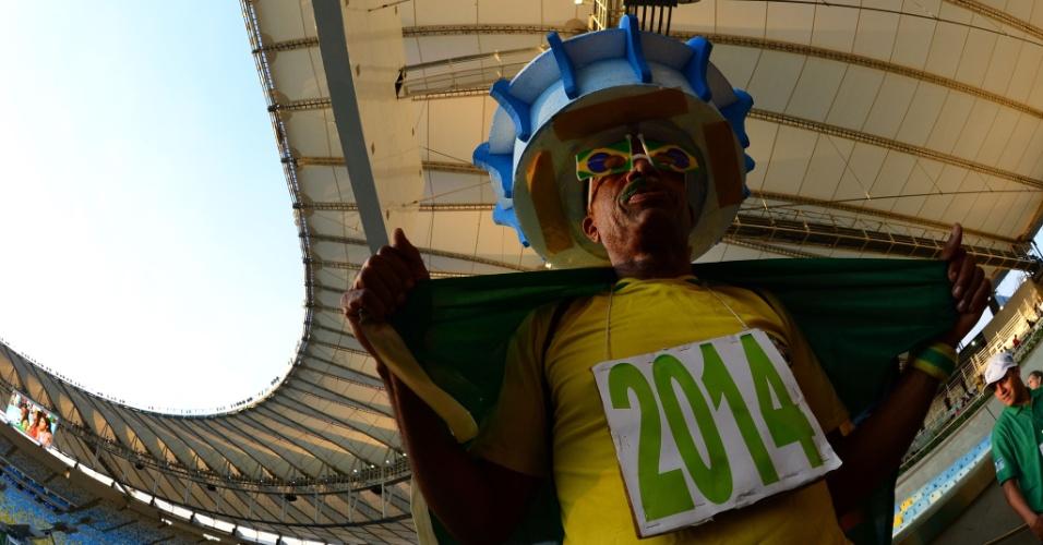 27.abr.2013 - Torcedores fazem festa na arquibancada do Maracanã no evento teste que marcou a reabertura do estádio