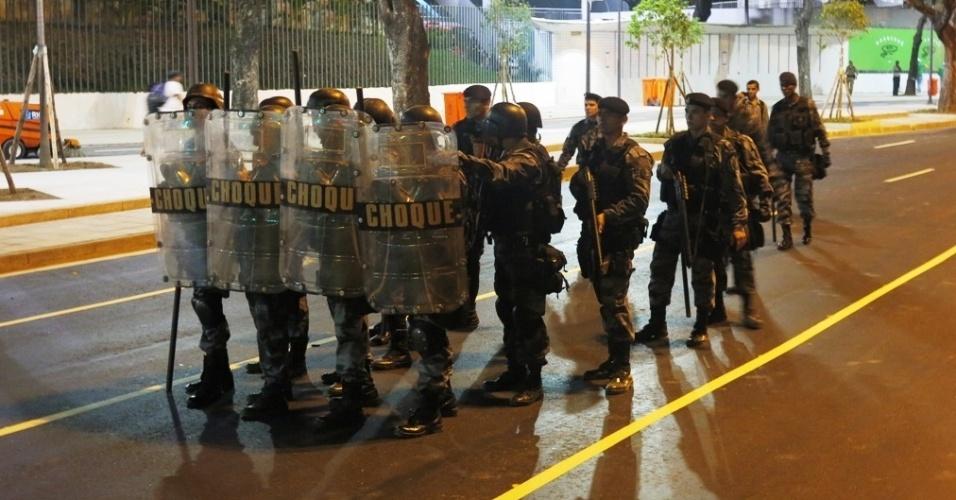 27.abr.2013 - Tropa de Choque da PM entrou em confronto com manifestantes durante protesto nos arredores do Maracanã