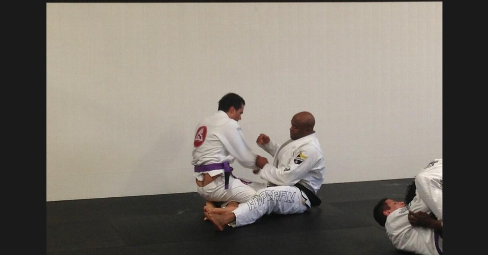 27.abr.2013 -Anderson Silva luta com Wagner Moura em sua academia em Los Angeles