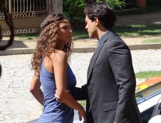 """27.abril.2013 - Em """"Flor do Caribe"""", Hélio pede mais uma chance para Taís"""