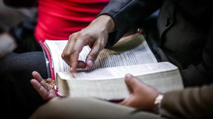 Último livro da Bíblia, o Apocalipse, que trata do fim dos tempos, tem situações invocadas por pastores para se referir ao 7 de setembro - Leandro Moraes/UOL