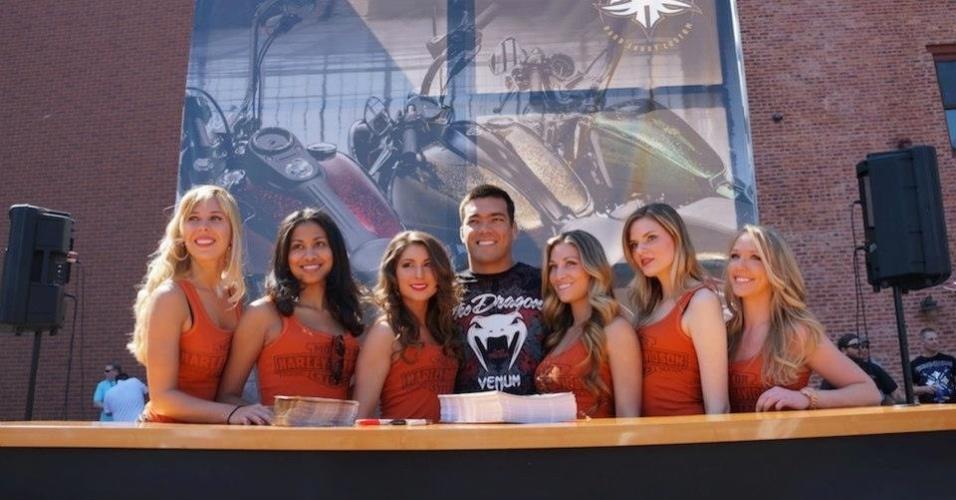 Brasileiro Lyoto Machida posa com modelos em evento antes do UFC 159