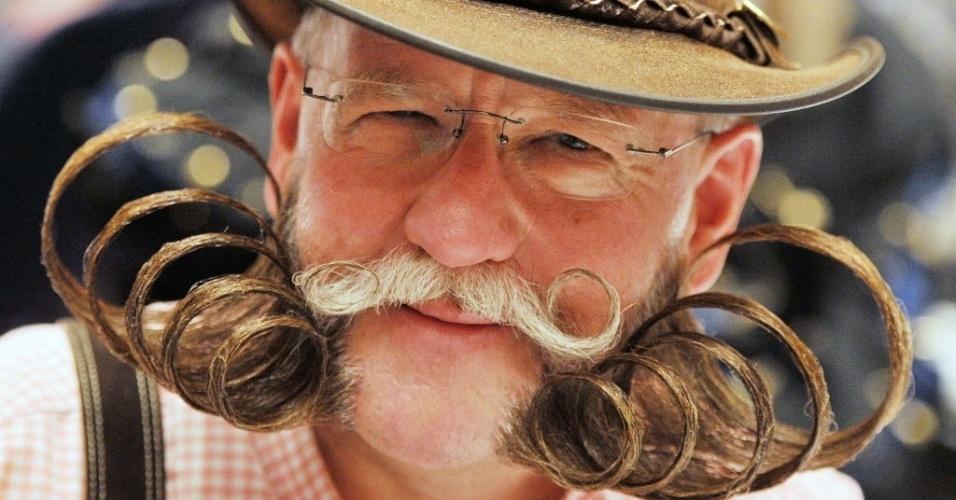 Dieter Besuch, participante do Campeonato de Barba Alemão posa para foto, em Pforzheim, no sul da Alemanha