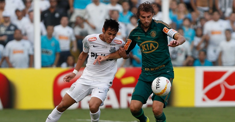 Henrique domina bola sob forte marcação de Neymar