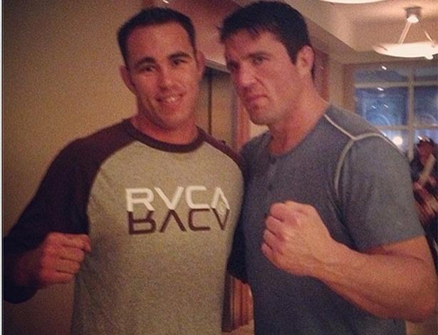 Jake Shields se encontra com Chael Sonnen antes da disputa do cinturão dos meio-pesados no UFC 159