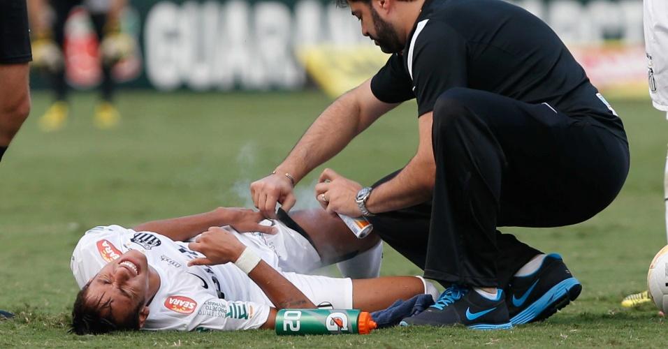 Neymar é atendido após sofrer falta no primeiro tempo do clássico
