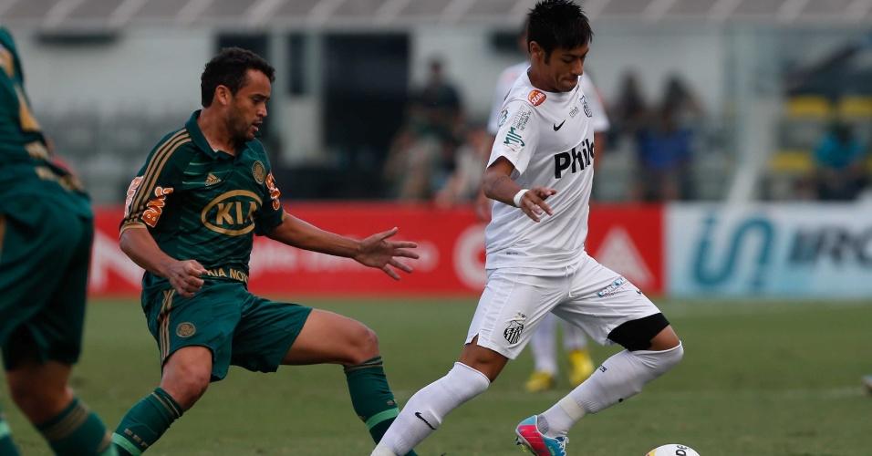 Neymar foge à marcação de Charles