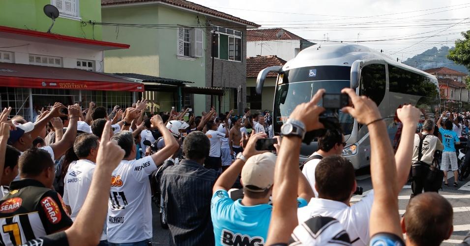 Ônibus do Santos chega à Vila para duelo contra o Palmeiras. Vencedor desse confronto pega o ganhador de Mogi Mirim x Botafogo