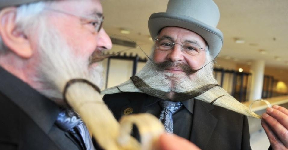 Participante do Campeonato de Barba Alemão exibe sua barba, em Pforzheim, no sul da Alemanha