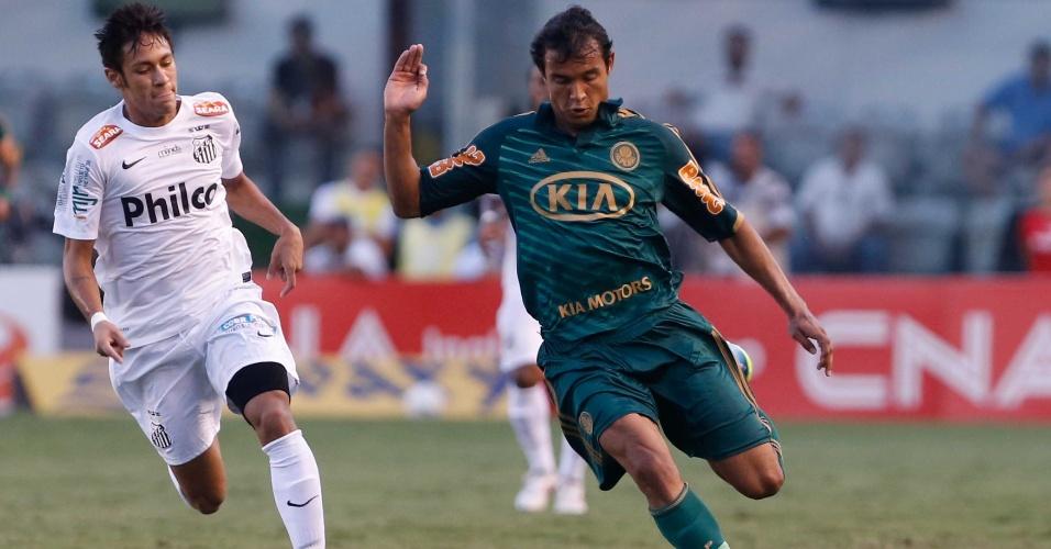 Vinícius avança para o ataque com o Palmeiras perdendo por 1 a 0