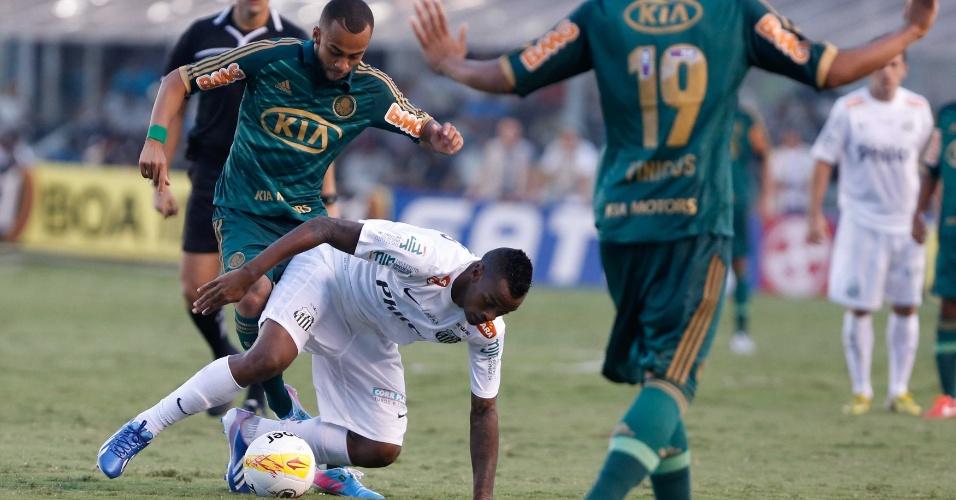 Wesley e Renê Júnior disputam bola em jogo equilibrado na Vila