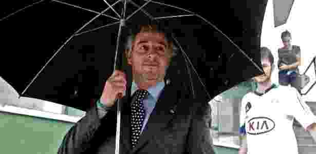 Presidente do Palmeiras, Paulo Nobre, usa guarda-chuva para fugir da água - Almeida Rocha/Folhapress