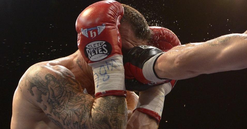 27.abr.2013 - Britânico Martin Murray recebe soco de Sergio Martinez; argentino venceu e manteve o cinturão dos médios do Conselho Mundial de Boxe (CMB)