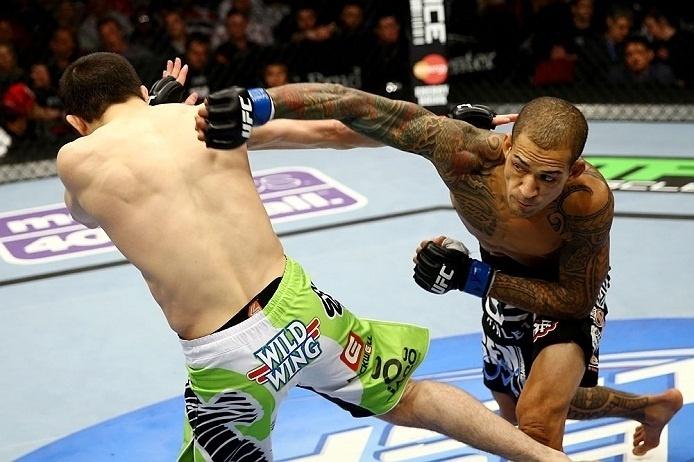 28. abr.2013 -  Rustam Khabilov desvia de soco de Yancy Medeiros em luta do UFC 159